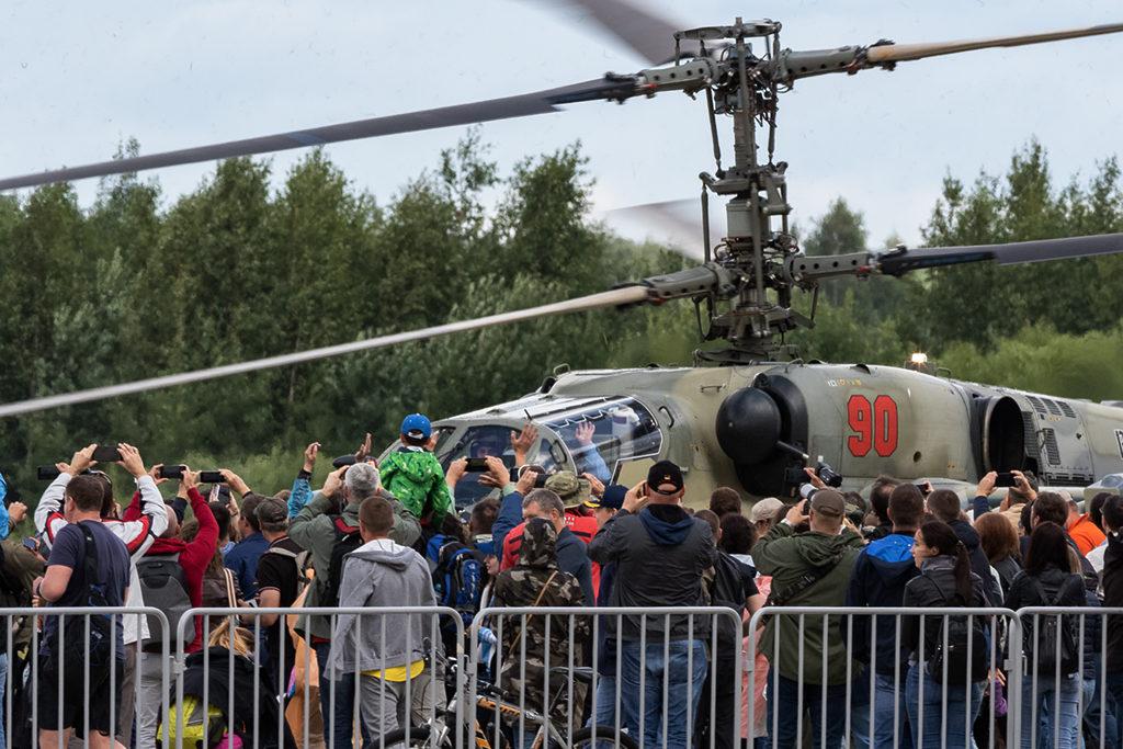 Зрители приветствуют солиста на Ка-52. Дмитрий Шваб | Военная фотография