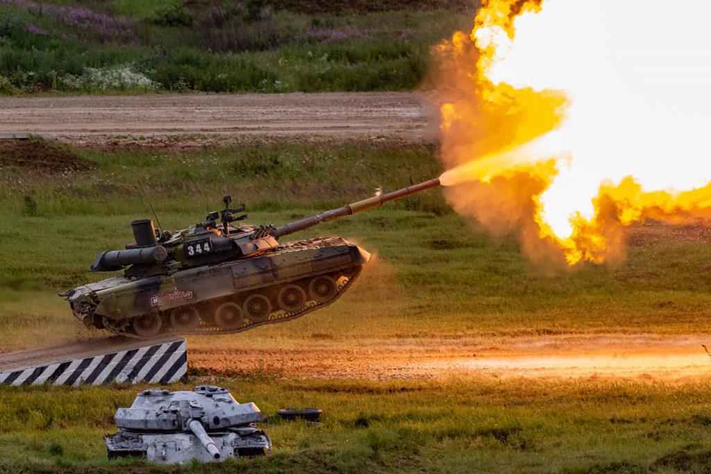 В завершении программы эффектный выстрел в прыжке от Т-80У.  Дмитрий Шваб | Военная фотография