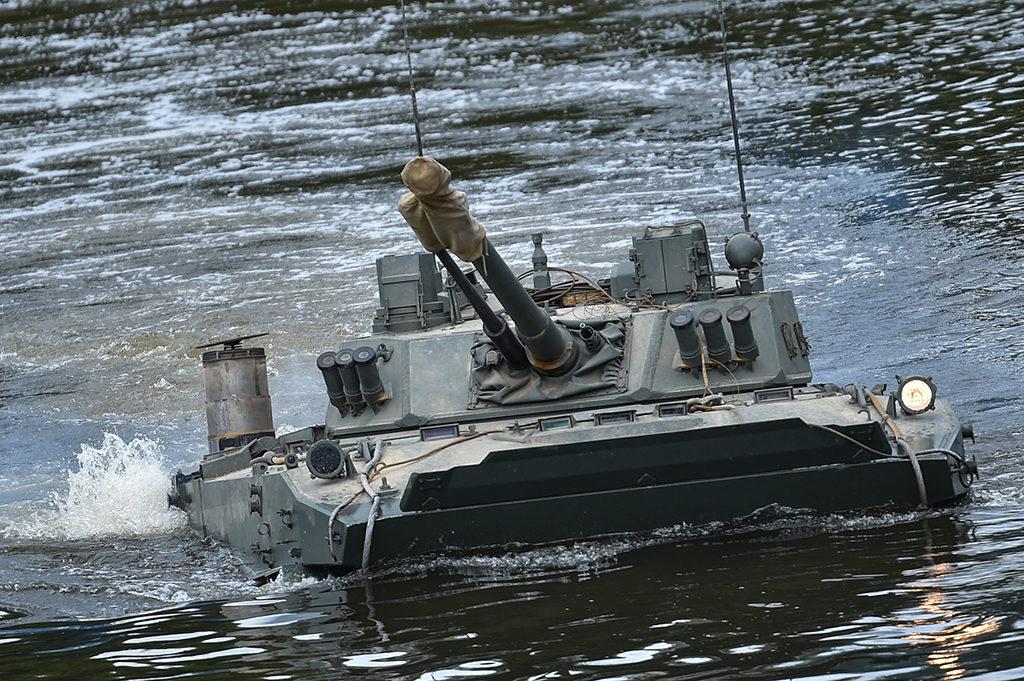 БМД-4М форсирует озеро Комсомольское. Алексей Иванов | ДИМК МО РФ