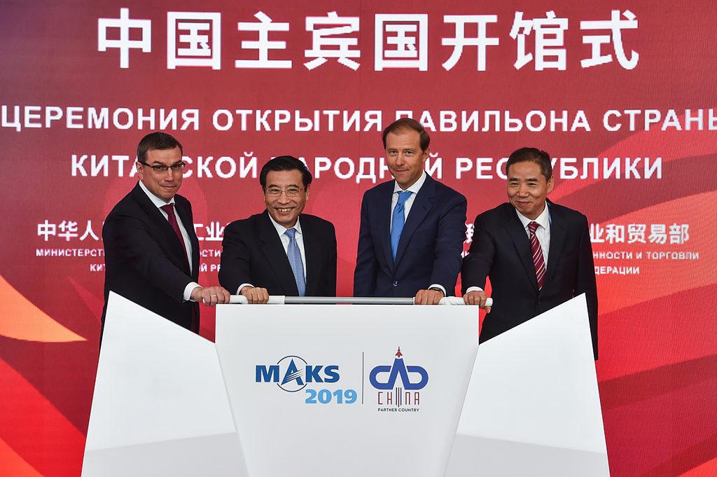 Министр промышленности и торговли РФ Денис Мантуров и Министр промышленности и информатизации КНР Мяо Вэй