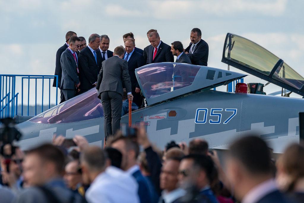 Владимиру Путину и Реджепу Эрдогану показывают истребитель Су-57