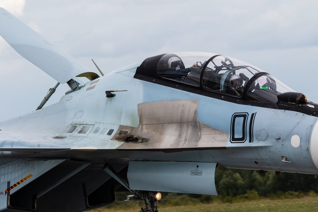 Авиадартс-2019. Экипаж Су-30См приветствует журналистов