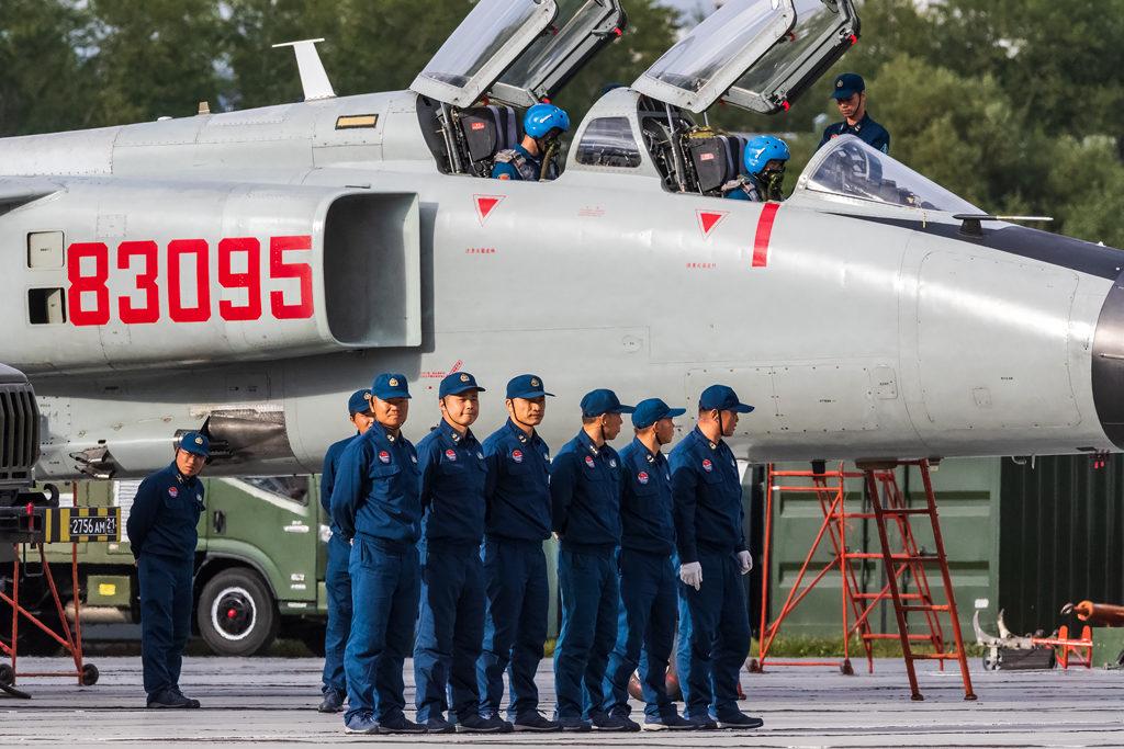 Авиадартс-2019. китайские техники провожают экипаж