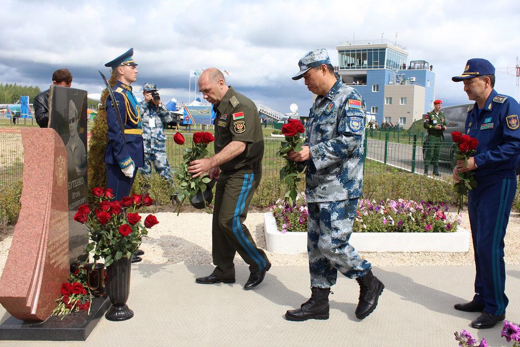 Возложение цветов к памятнику И. Бутенко
