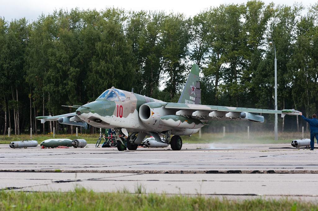 Авиадартс-2019. Техник проважает Су-25 в полет
